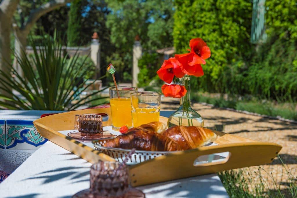 Bastide Saint-Estève, location de maison, petit déjeuner sur plateau, Provence